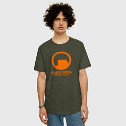Мужская удлиненная футболка с принтом Black Mesa: Research Facility, цвет: меланж-хаки, артикул: 10173884105753 — фото 2