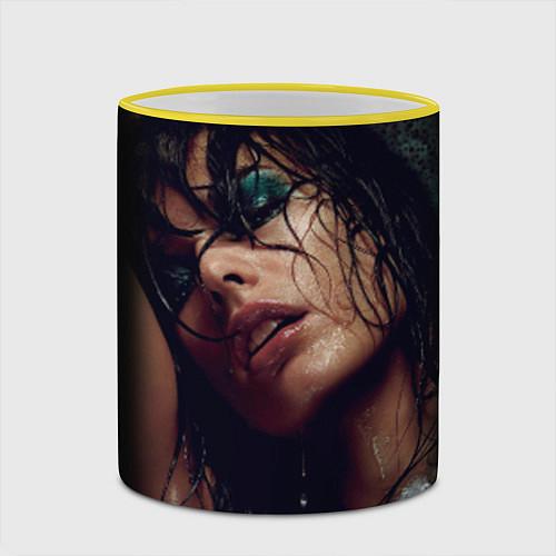 Кружка цветная Страстная девушка / 3D-Желтый кант – фото 2